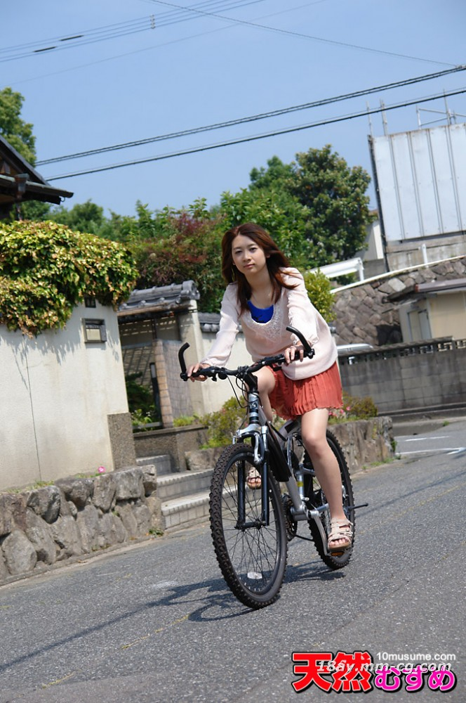 The latest natural amateur 081413_01 jingle girl, a local residential area driving man bicycle